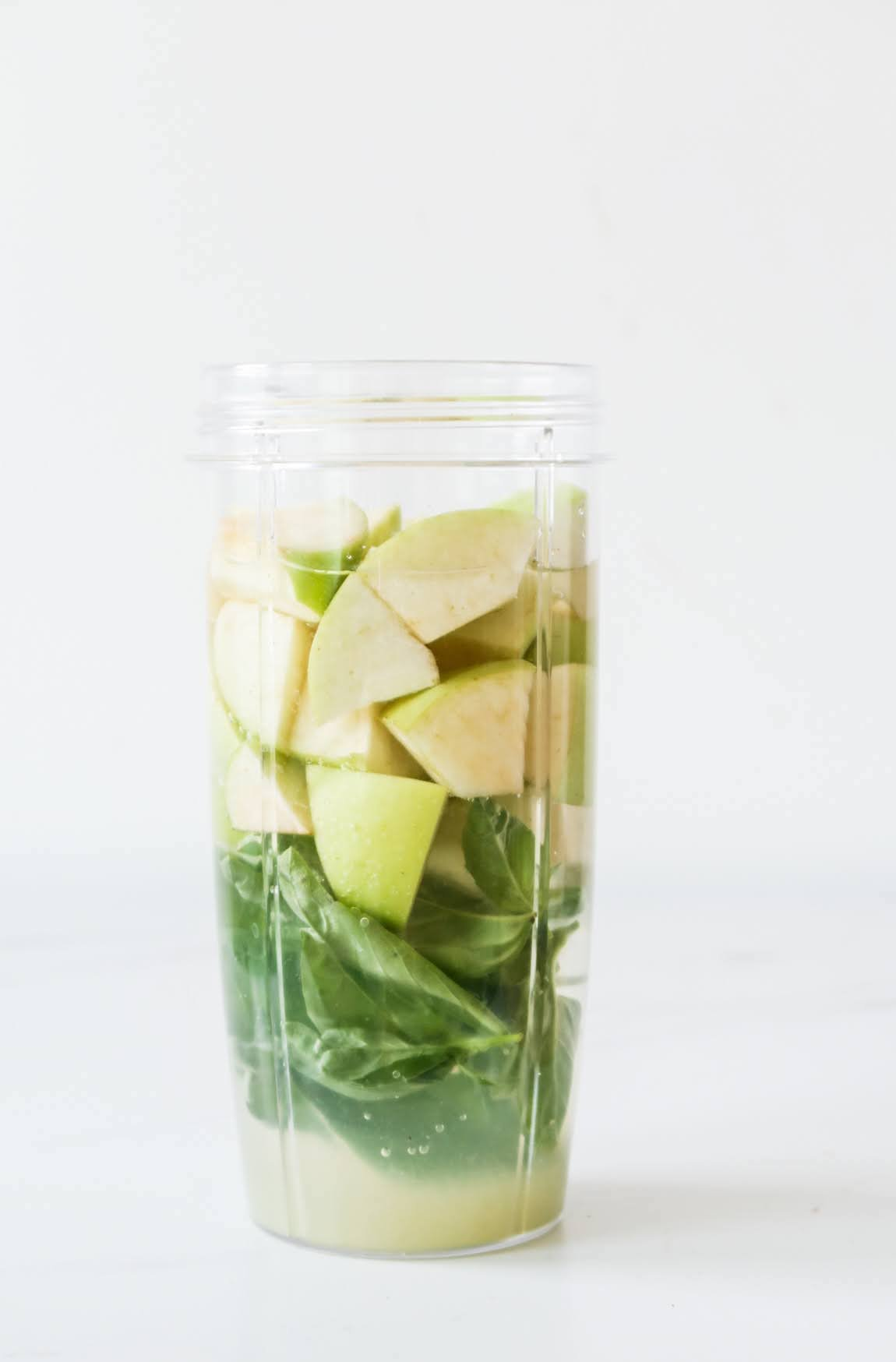 Easy detox drink with basil, super tasty and refreshing to reduce inflammation, improve digestion and your skin. This anti-inflammatory recipe is full of antioxidants and ready in around 5 minutes.