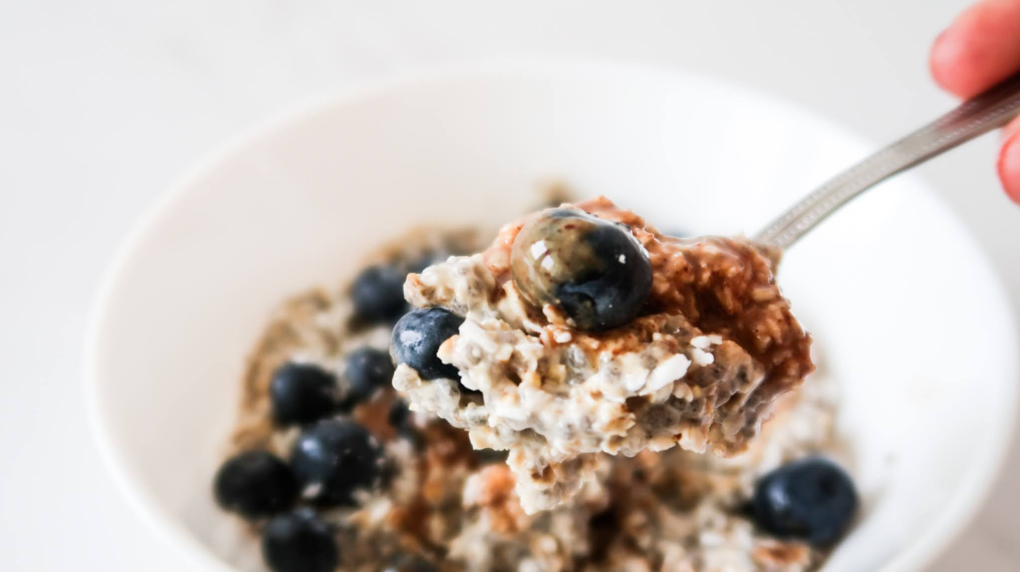 Overnight oats recipe - this is a vegan overnight oats recipe that is a super quick and easy healthy breakfast idea that you can meal prep or eat on the go. Perfect for clean eating as well!