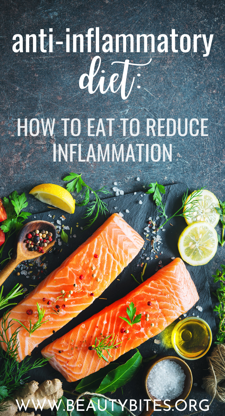 Anti-Inflammatory Diet: how to eat to reduce inflammation in the body! Learn which foods are anti-inflammatory and which ones pro-inflammatory. We also talk about the two things to never do when you're staring a diet to fight inflammation.