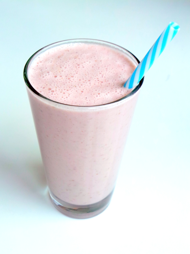 Healthy strawberry shake with bananas, almonds and strawberries - easy healthy snack to satisfy your sugar cravings! | www.beautybites.org