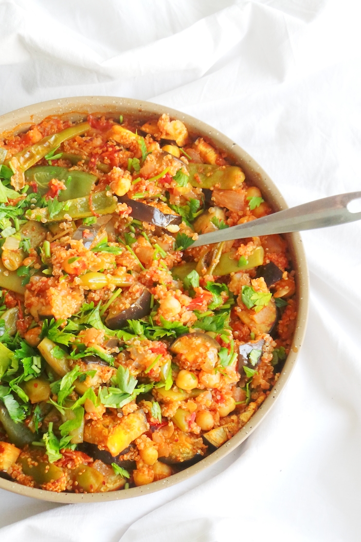 Easy quinoa dinner skillet - the perfect healthy vegan meal prep recipe and it makes a lot! This plant-based dinner is gluten free, filling and full of flavor and makes it easy to get your vegetables in! | www.beautybites.org