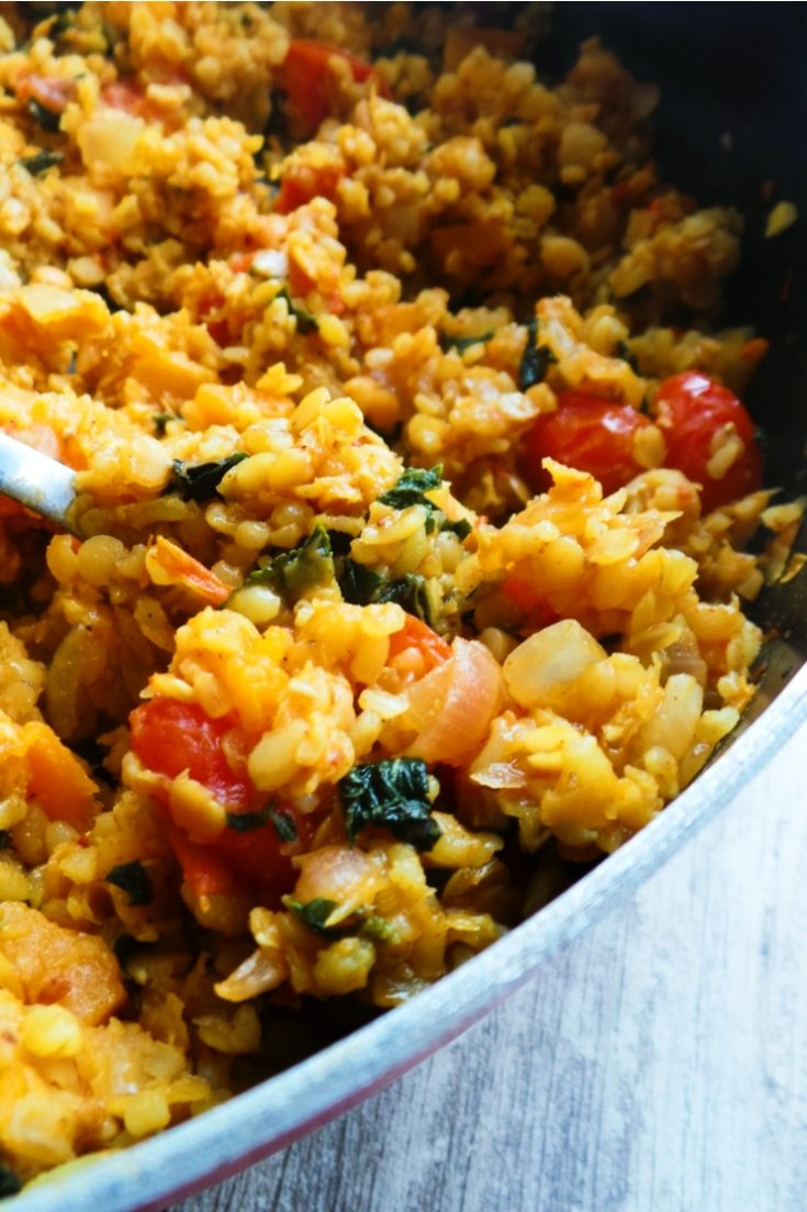 20-Minute healthy lentil and bulgur skillet - a delicious vegan dinner with lentils, bulgur and vegetables - all cooked in one pan! Delicious and almost no dishes!