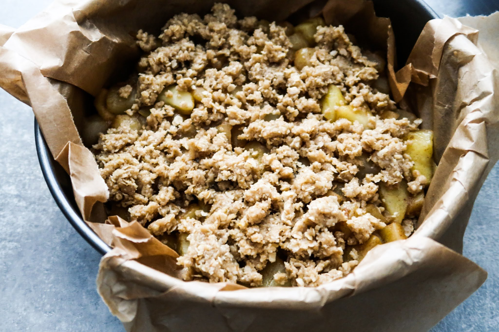 Healthy apple pie crumble recipe! This easy apple crumble pie is made with oats, honey and apples - no refined sugar or flour! This is a vegan apple pie that everyone will love!