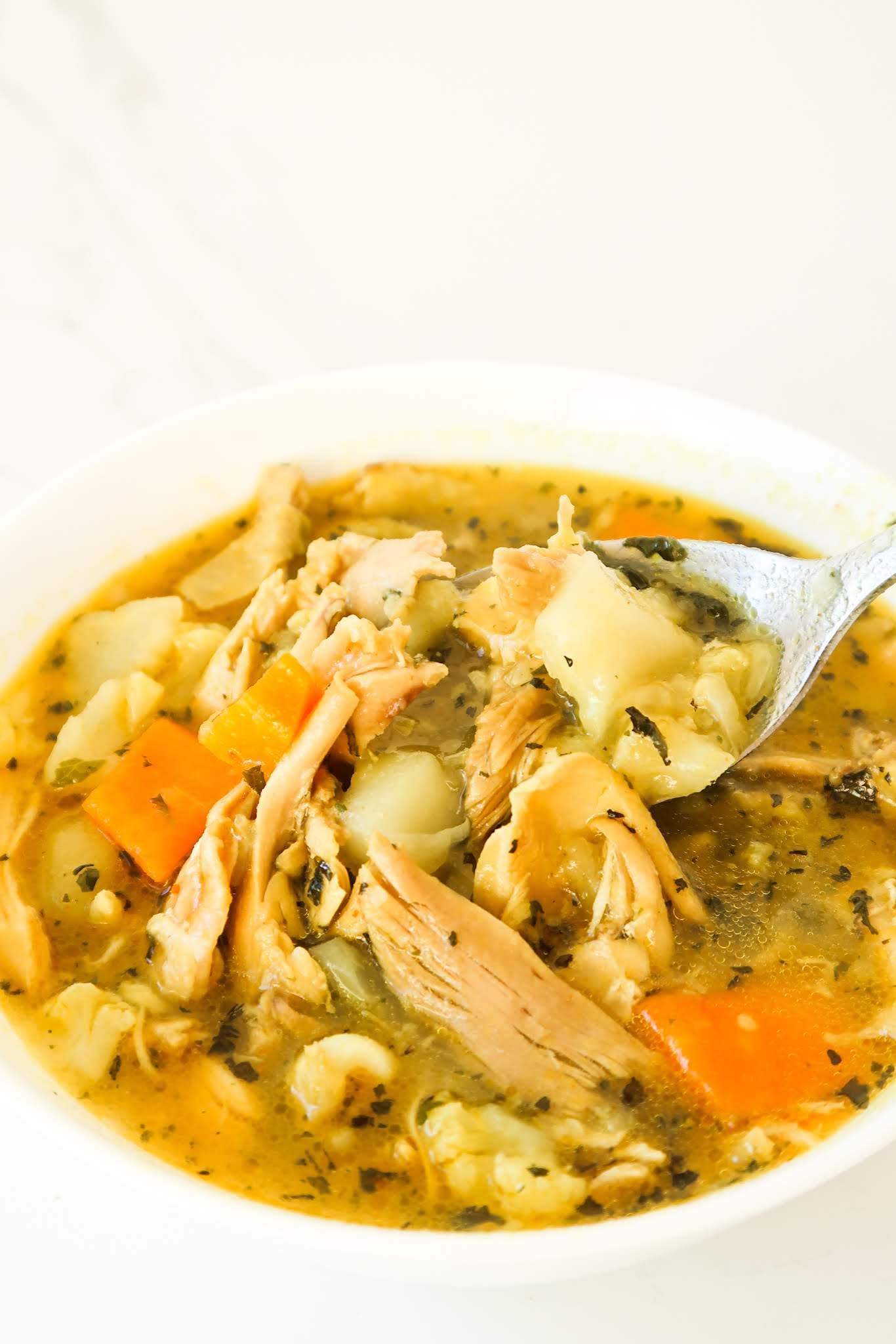 Homemade anti-inflammatory chicken soup! This healthy soup is all you need after a cold day. With vegetables, anti-inflammatory herbs and spices this anti-inflammatory recipe that is easy, warming and delicious.
