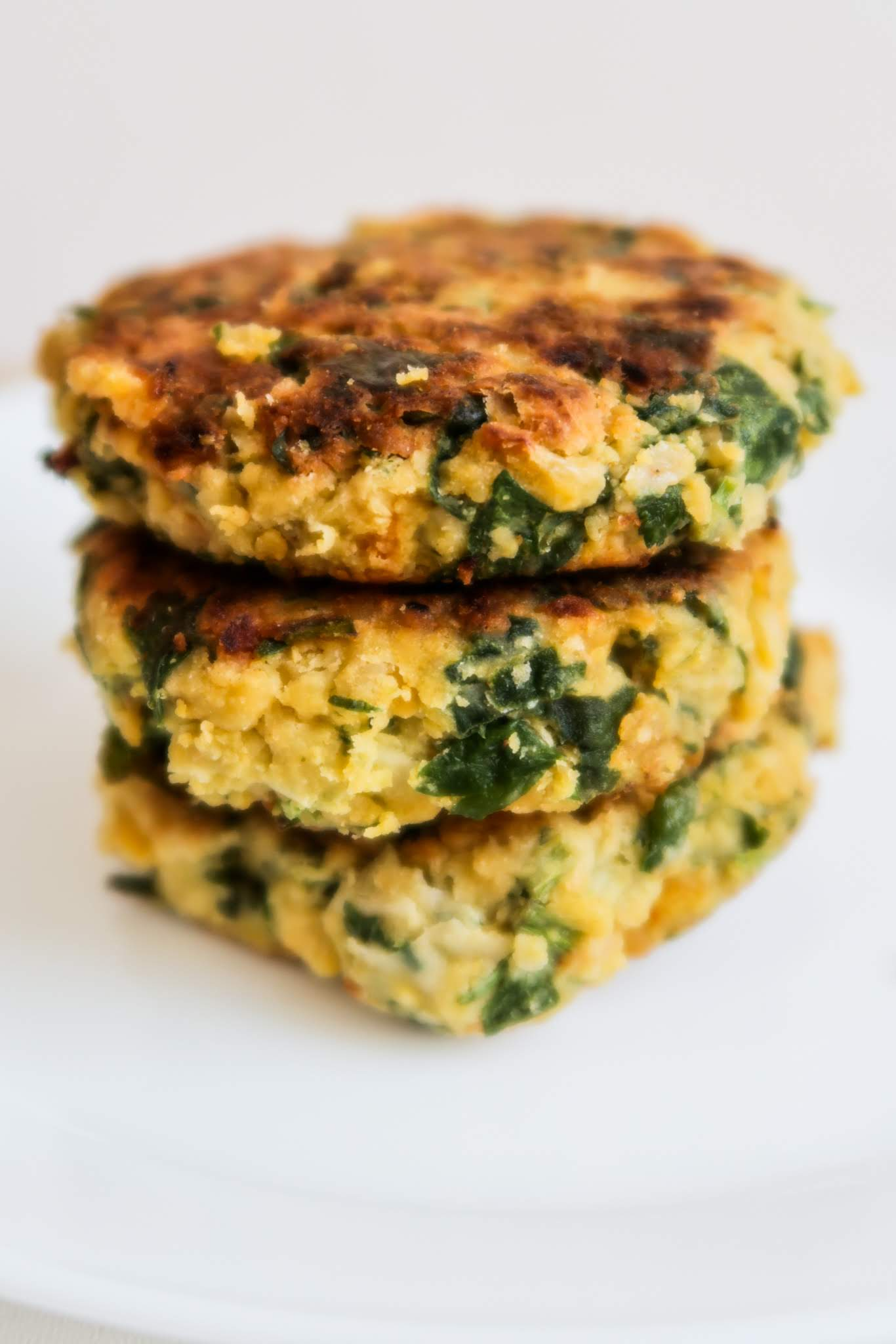 Easy spinach chickpea cakes recipe! This is a healthy chickpea recipe that is delicious and perfect for lunch, dinner or a snack! Serve with salad and hummus for a healthy vegetarian meal!