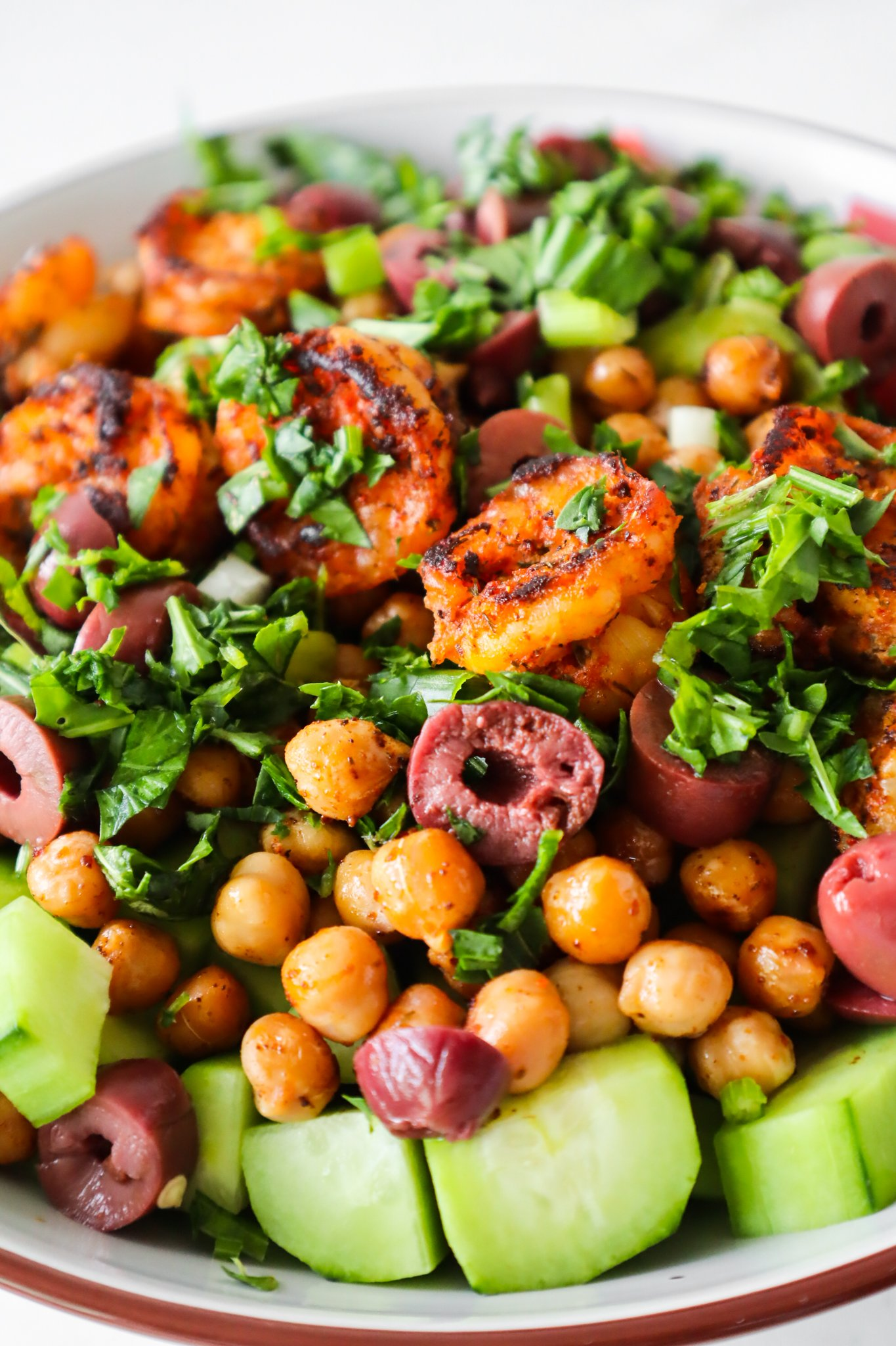 Get your ingredients and make this spicy shrimp and chickpea salad, it's a great meal prep lunch recipe and you're going to love it. This healthy salad that is super fresh and flavorful, such a satisfying and such an easy lunch idea that is ready in no time.
